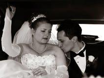 Noiva e noivo no limo Foto de Stock