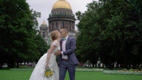 Noiva e noivo no parque vídeos de arquivo
