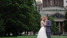 Noiva e noivo no parque video estoque