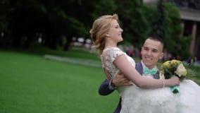 Noiva e noivo no parque filme