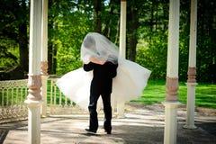 Noiva e noivo no parque Foto de Stock Royalty Free