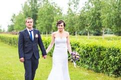 Noiva e noivo no parque imagens de stock royalty free
