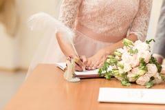 Noiva e noivo que assinam o contrato de união após a cerimônia de casamento fotos de stock royalty free