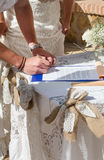 Noiva e noivo que assinam o registo Foto de Stock Royalty Free