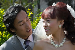 Noiva e noivo que prestam-se atenção a Fotografia de Stock