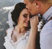 Noiva e noivo que têm o divertimento fotografia de stock royalty free