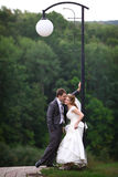 Noiva e noivo sob a lanterna Fotos de Stock