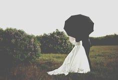 Noiva e noivo sob o guarda-chuva Imagens de Stock Royalty Free