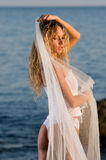 Noiva e o mar Fotografia de Stock Royalty Free
