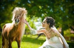 Noiva e pôneis no parque Imagem de Stock Royalty Free