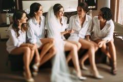 A noiva e seus amigos têm uma conversação agradável imagem de stock
