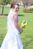 Noiva e suas flores imagem de stock royalty free