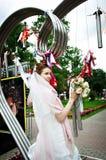 Noiva elegante na instalação do metal no parque Fotos de Stock Royalty Free