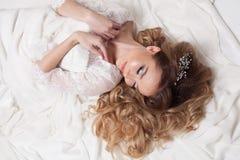 A noiva em sua configuração do vestido de casamento Imagens de Stock
