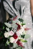 Noiva em um vestido de casamento que guarda um ramalhete do casamento em seu close-up das m?os imagens de stock royalty free