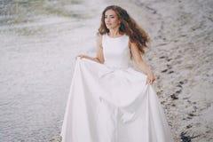 Noiva em uma praia Foto de Stock Royalty Free