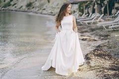 Noiva em uma praia Imagem de Stock