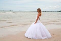 Noiva em uma praia imagem de stock royalty free