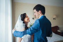 A noiva encontra a noiva na sala de hotel Imagens de Stock