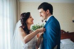 A noiva encontra a noiva na sala de hotel Imagem de Stock