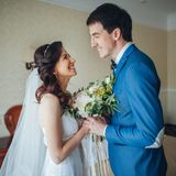 A noiva encontra a noiva na sala de hotel Imagens de Stock Royalty Free