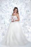 A noiva está com flores e em uma joia Foto de Stock Royalty Free