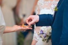 A noiva está guardando seu groom& x27; mão de s durante a cerimônia imagem de stock