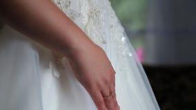 A noiva está vestindo-se para o casamento vídeos de arquivo