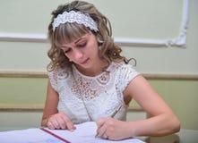 A noiva faz a assinatura Foto de Stock Royalty Free