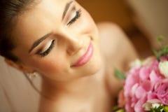 Noiva feliz bonita com ramalhete do casamento foto de stock royalty free