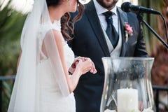 A noiva feliz desgasta o anel de casamento seu noivo foto de stock royalty free