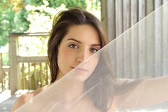 Noiva feliz: Menina com véu de Tulle Imagens de Stock Royalty Free