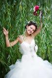 Noiva feliz na caminhada do casamento fotografia de stock royalty free