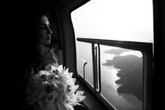 Noiva feliz no b&w do helicóptero Imagens de Stock
