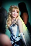 Noiva feliz no salão de baile imagem de stock