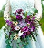 A noiva guarda flores bonitas de um casamento Imagem de Stock Royalty Free
