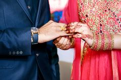 Noiva indiana que põe o anel sobre o noivo indiano imagens de stock royalty free