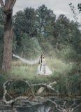 Noiva inoperante assustador na cena de Dia das Bruxas da floresta fotografia de stock royalty free
