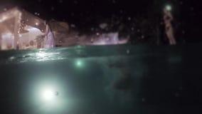 A noiva joga um ramalhete no casamento Festa na piscina na noite filme