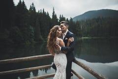 Noiva lindo bonita que levanta para preparar e que tem o divertimento, cerimônia luxuosa em montanhas com vista surpreendente, es Fotos de Stock