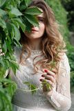 Noiva lindo elegante e noivo à moda que levantam no parque Fotos de Stock