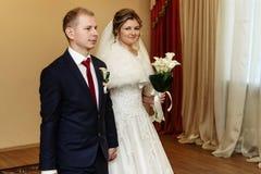 Noiva lindo feliz e noivo à moda que trocam as alianças de casamento foto de stock