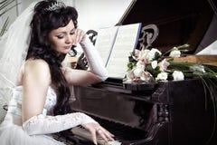 A noiva longs no piano Fotografia de Stock
