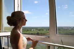 Noiva loura bonita que espera seu noivo no dia do casamento imagem de stock royalty free