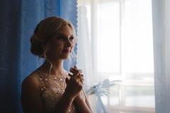Noiva loura bonita que espera seu noivo no dia do casamento fotos de stock royalty free