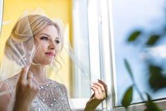Noiva loura bonita que espera seu noivo no dia do casamento foto de stock royalty free