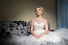 Noiva loura bonita que espera seu noivo no dia do casamento fotografia de stock royalty free