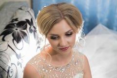 Noiva loura bonita que espera seu noivo no dia do casamento imagens de stock