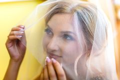 Noiva loura bonita que espera seu noivo no dia do casamento fotos de stock