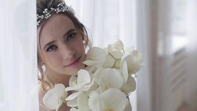 Noiva moreno do close up com penteado e composição do casamento da forma vídeos de arquivo